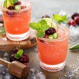 Cocktail régénérateur d'été avec la cerise Photos stock