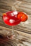 Cocktail régénérateur froid d'été dans un verre sur un fond en bois rustique de vintage Image libre de droits
