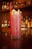 Cocktail rosa con il contorno e Sugar Rim del limone Fotografia Stock