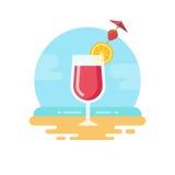 Cocktail rosa con la fetta del limone e fragola sulla spiaggia piana illustrazione di stock