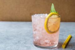 Cocktail rose avec de la glace, la menthe et le citron écrasés Images libres de droits