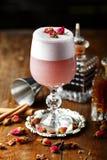 Cocktail rose avec la mousse Photos libres de droits