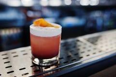 Cocktail rose d'alcoolique en verre à la table de barre photos libres de droits