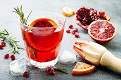 Cocktail rosso con l'arancia sanguinella ed il melograno Bevanda di rinfresco di estate Aperitivo di festa per la festa di Natale immagini stock libere da diritti