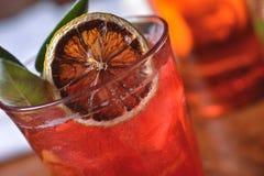 Cocktail rosso con l'arancio fotografia stock