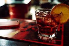 Cocktail rosso con l'arancio Immagine Stock