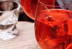 Cocktail rosso con una fetta di limone immagini stock