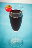Cocktail rosso della bacca con la fragola Fotografia Stock