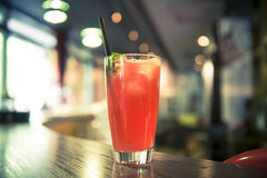 Cocktail rosso sulla barra Immagine Stock Libera da Diritti