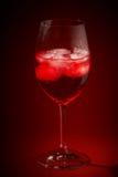 Cocktail rosso in un vetro immagini stock