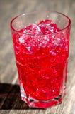 Cocktail rosso in vetro con ghiaccio Immagini Stock Libere da Diritti