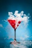 Cocktail rouge avec de la vapeur de glace images libres de droits