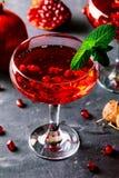 Cocktail rouge avec des graines de champagne et de grenade images libres de droits