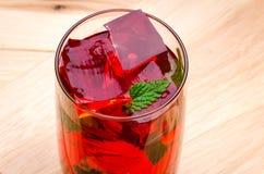 Cocktail rouge avec la menthe Photos stock
