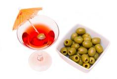 Cocktail rouge avec le parapluie et les olives d'en haut Photographie stock libre de droits