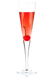 Cocktail rouge d'alcool de Champagne avec le maraschino Photos stock