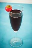 Cocktail rouge de baie avec la fraise Photographie stock