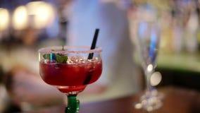 Cocktail rouge de cocktail de refroidisseur de baie sur la barre banque de vidéos