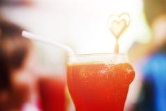 Cocktail rouge en verre drôle Images libres de droits