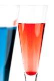 Cocktail rouge et bleu d'alcool de Champagne Photographie stock libre de droits