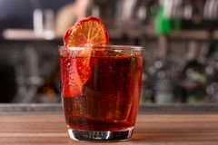 Cocktail rouge nouvellement fabriqué avec une tranche de citron image stock