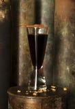 Cocktail russo scozzese dell'alcool fatto di singolo sciroppo di kvas del maraschino del liker del whiskey scozzese del malto Immagine Stock