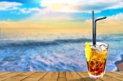 Cocktail savoureux exotique de libre du Cuba avec le beau fond de coucher du soleil image stock