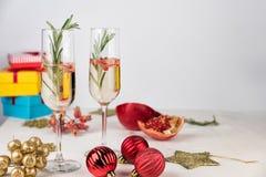 Cocktail scintillante con il ramo dei rosmarini e del melograno Fotografia Stock Libera da Diritti