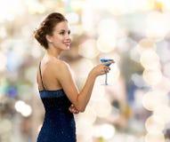Cocktail sorridente della tenuta della donna Immagine Stock