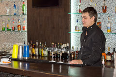 Cocktail sorridenti dell'alcoolizzato del servizio del barista Fotografia Stock