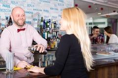 Cocktail sorridenti di miscelazione del barista Fotografia Stock Libera da Diritti