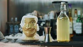 Cocktail spettacolare di Tiki con vapore stock footage