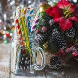 Cocktail a spirale multicolori della paglia in un muratore di vetro del barattolo su un fondo festivo del ` s del nuovo anno Tabe Fotografia Stock