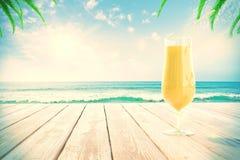 Cocktail am Strand mit palmtrees stockbild