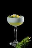 Cocktail su una priorità bassa nera Fotografia Stock