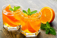 cocktail Suco de laranja com a hortelã e o gelo rústicos Fotografia de Stock
