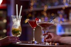 Cocktail sul contatore della barra fotografia stock libera da diritti