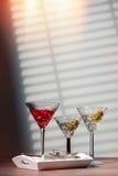 Cocktail sul vassoio Immagini Stock