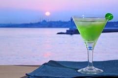 Cocktail tegen de stad van nachtIstanboel Royalty-vrije Stock Foto's