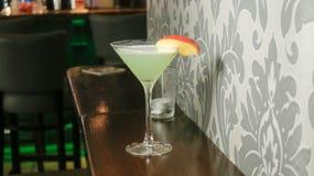 Cocktail tegen muur royalty-vrije stock afbeeldingen