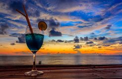 Cocktail tijdens zonsondergang Stock Foto's