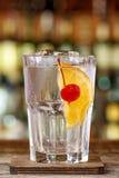 Cocktail Tom Collins in der Kneipe lizenzfreie stockfotos