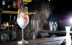 Cocktail tonique alcoolique frais de genièvre de pamplemousse et de romarin sur le compteur de barre images stock