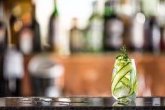 Cocktail tonique de genièvre avec le concombre sur le compteur de barre dans le chiot ou le restaurant images stock