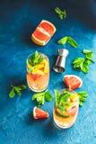 Cocktail tonique de genièvre de pamplemousse sur la surface foncée images stock
