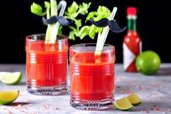Cocktail tradizionale di bloody mary con il bastone di sedano, la calce ed il sale rosa immagini stock libere da diritti