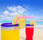 Cocktail tropicais da praia na praia de turquesa Fotografia de Stock