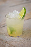 Cocktail tropical alcoólico de refrescamento Caipirinha Foto de Stock