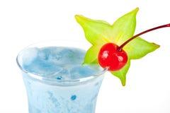 Cocktail tropical bleu avec de la crème de noix de coco Images stock
