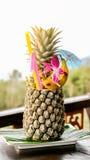 Cocktail tropical com uma vista em Tailândia imagem de stock